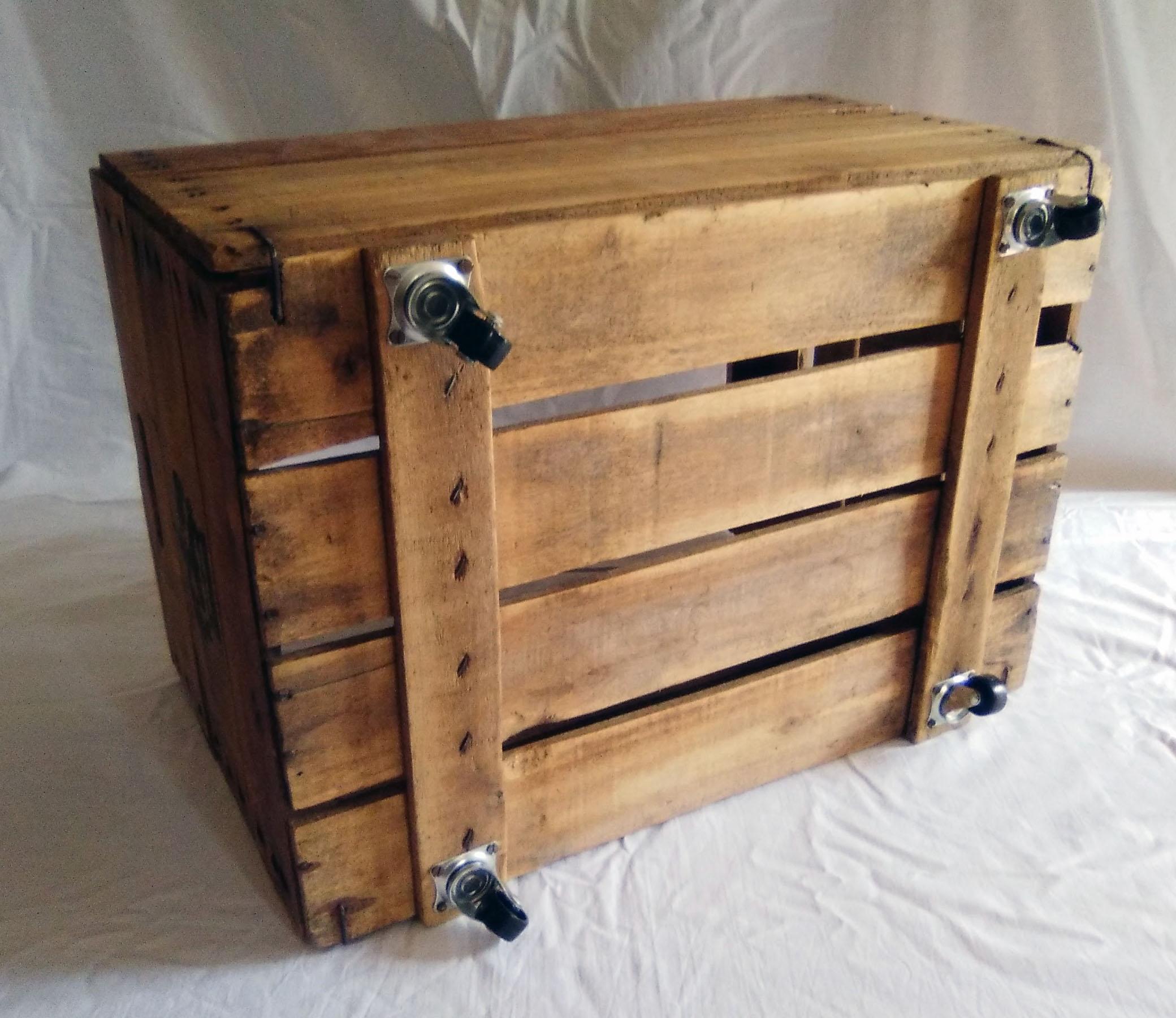 Caja de fruta antigua revistero de madera con ruedas for Cajas plasticas con ruedas